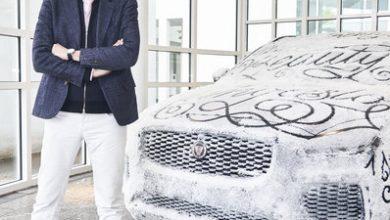 "Photo of Jaguar präsentiert den legendären E-Type und den SUV E-PACE als Teil der Ausstellung ""Beauty"" von Sagmeister & Walsh"